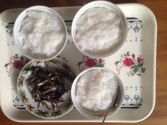Cá cơm kho ăn với cháo trắng